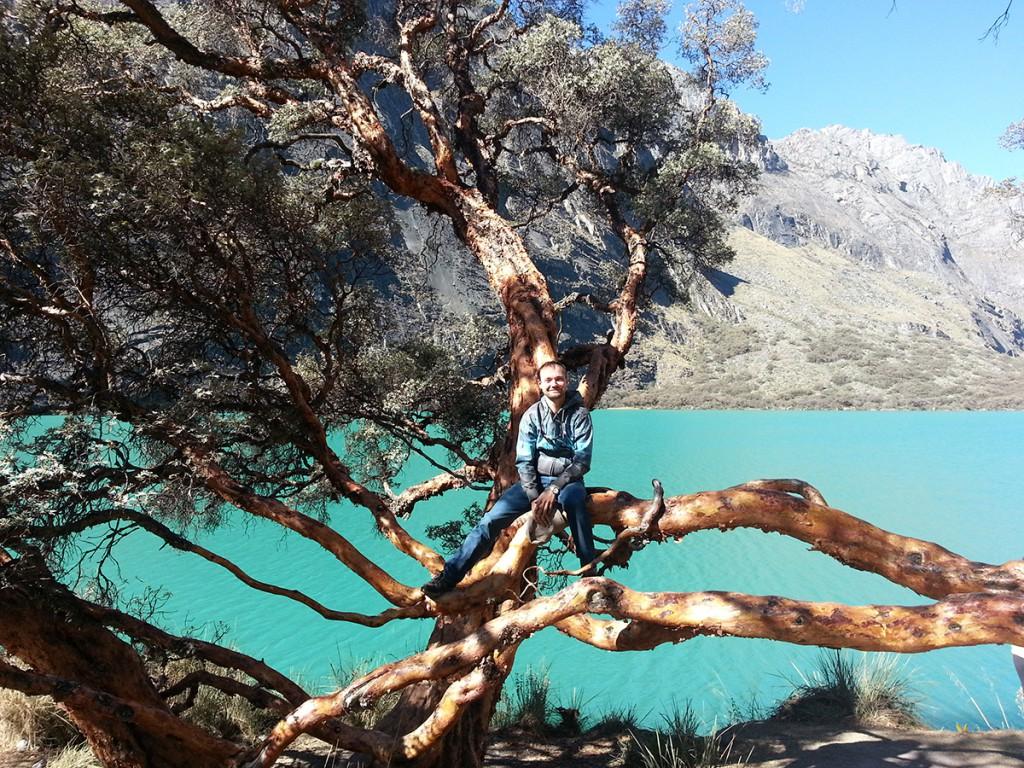 Michieltje in een boom (boomkikker?). Wel een mooi meer op de achtergrond, het was echt zo blauw.