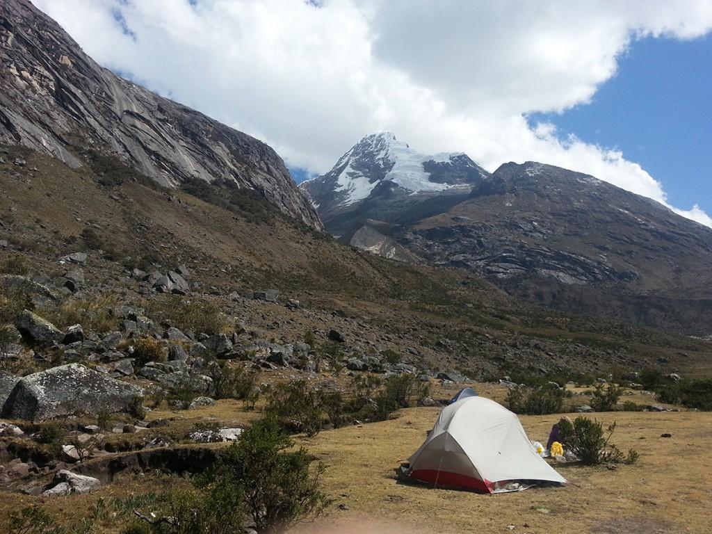 In een tentje tussen de bergen.