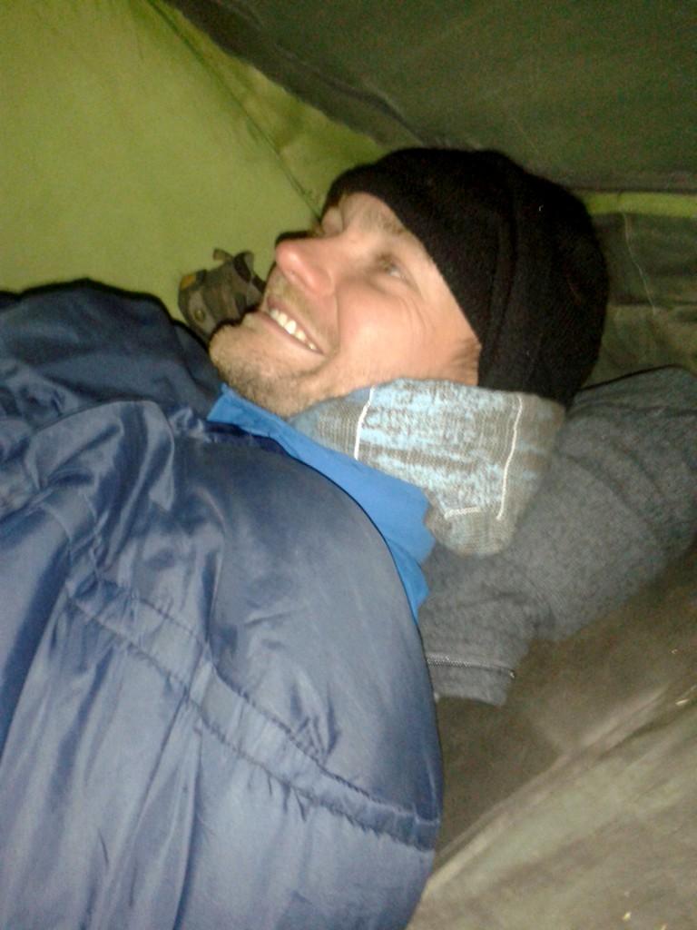Dik ingepakt in mijn tent. Ik kan er tenminste nog om lachen.