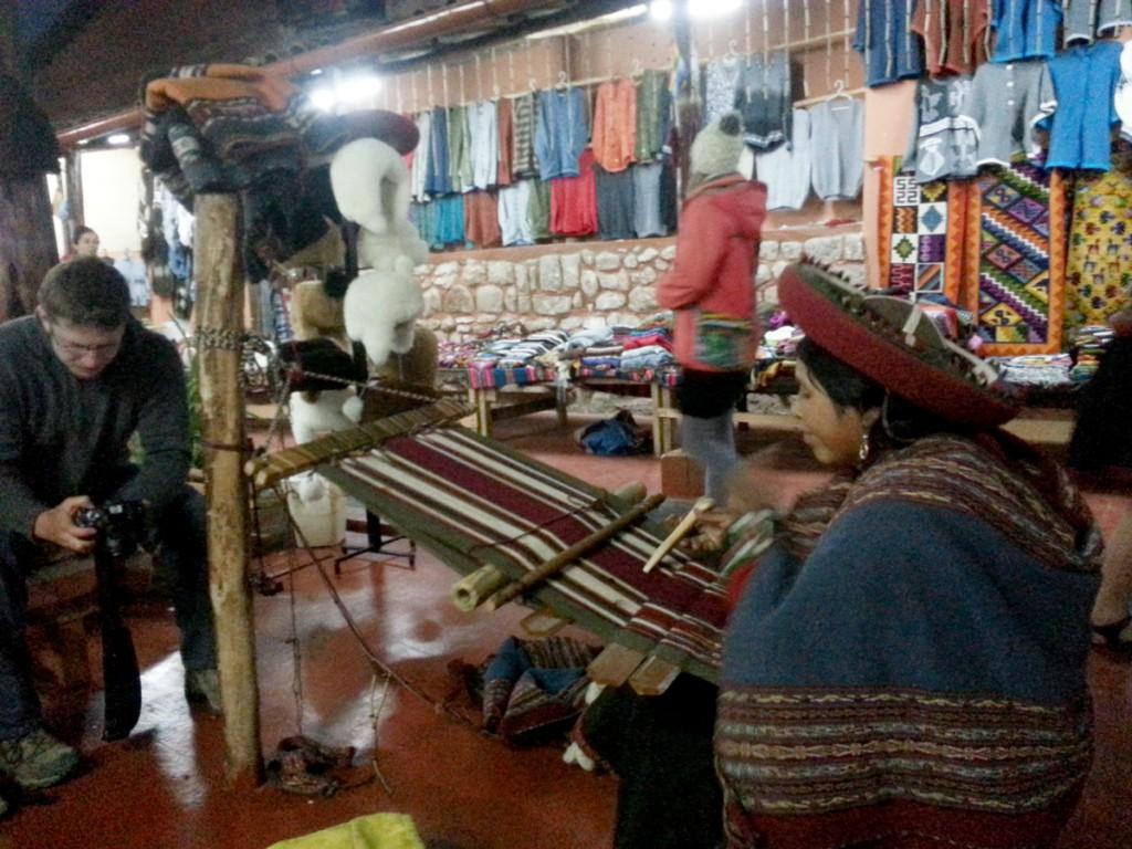 Vrouwen in Chinchero zijn trots op hun vaardigheden om van lama en alpaca wol kleding te maken. Ik kreeg een kleine demonstratie,