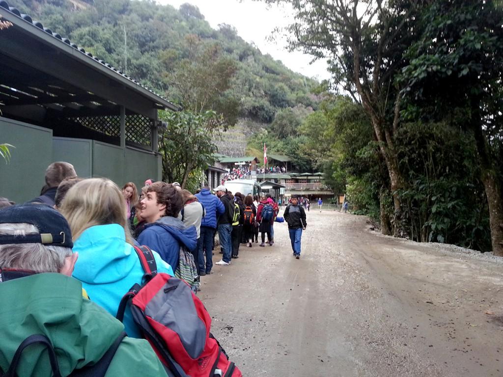 Zelfs heel vroeg staat er al een enorme rij voor de ingang van Machu Picchu.