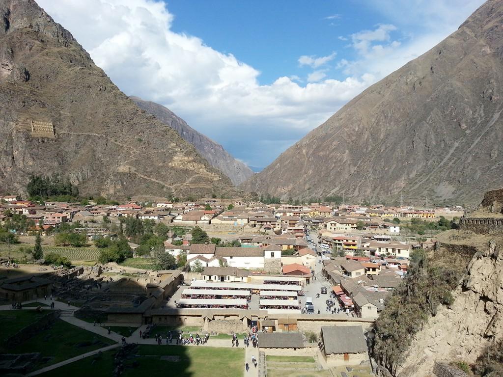 Het uitzicht van de Inca ruïnes in Pisac. Die Inca's wisten wel waar te bouwen. Links ook een tempel in de bergen.