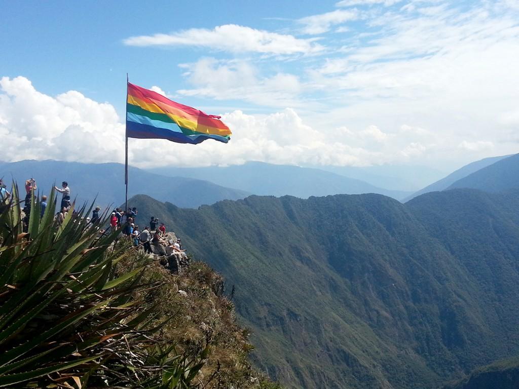 Boven aangekomen bij de top van de Machu Picchu berg word je begroet door toeristen en deze prachtige vlag.