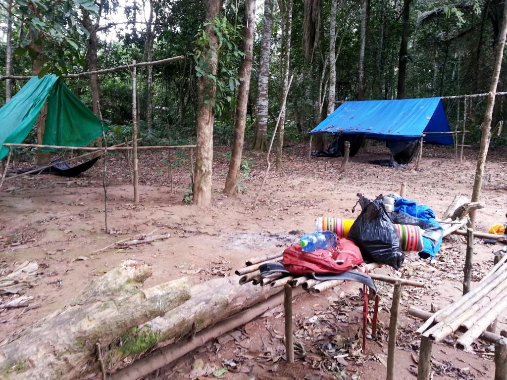 Ons kamp voor één nacht. Onder het blauwe zeil zouden we onze matjes uitrollen.