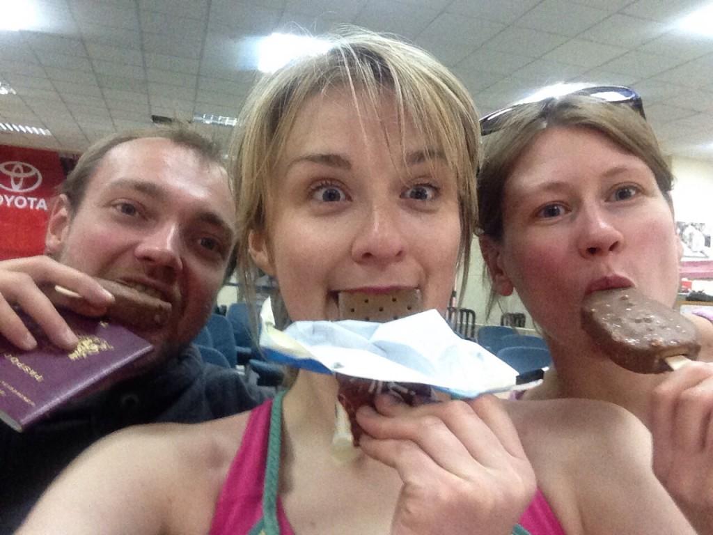 Van rechts naar links, Jessica, Jodie en ik. Na rennend aangekomen te zijn bij de gate en dan toch nog moeten wachten trakteerde we onszelf op een ijsje.
