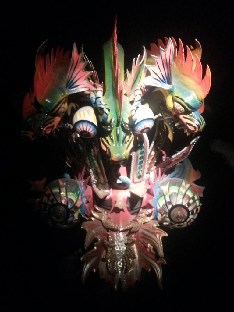 Er wordt elk jaar een persoon uitverkoren voor het dragen van het masker. De uitverkoren persoon krijgt offers, eten, drinken en neemt een maagd mee naar bed. Daarna moet hij 3 dagen met het 15 kilo zware masker blijven dansen. Soms gaat de persoon dood. Dat is alleen maar beter als offer voor moeder aarde.