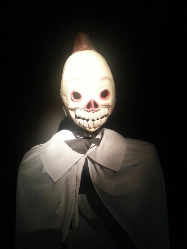 Dit is het masker van CuCu. Zoals je ziet is het een wit skelet en het wordt gebruikt om kinderen gehoorzaam te houden, door te dreigen dat CuCu je komt halen. Zo vertellen de ouders dat hij een grote zak bij zich heeft (Zwarte Piet) en dat je daarin ontvoerd wordt. Als er dan nu backpackers in de streek komen waar dit geloof in CuCu is, rennen alle kinderen weg. De blanke huid en de grote backpack maakt dat ze denken dat de backpacker CuCu is.
