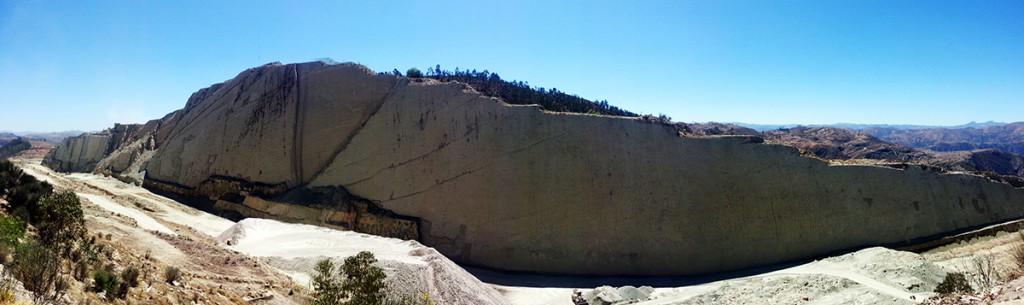 Dino voetsporen in de rechtopstaande muur.