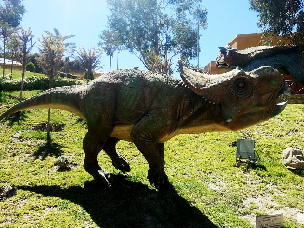 Eén van de reusachtige dino standbeelden in het dinopark in Sucre