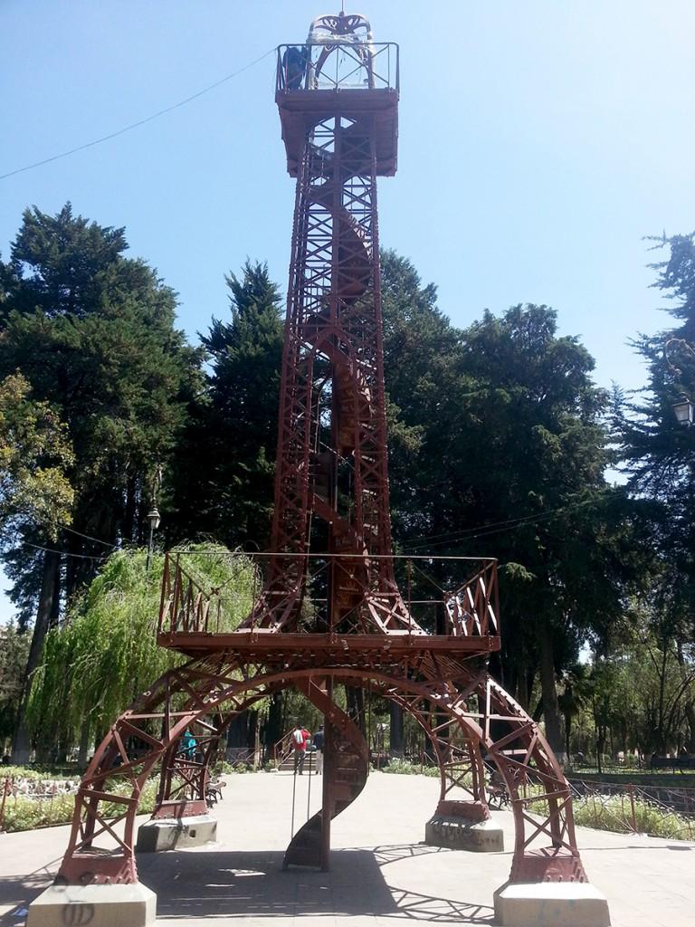 Sucre heeft ontzettend veel Franse architectuur. Ze gingen bij de ontwikkeling zelfs zover dat ze het restmetaal van de Eiffeltoren kochten om zelf deze kleine Eiffeltoren te kunnen bouwen.