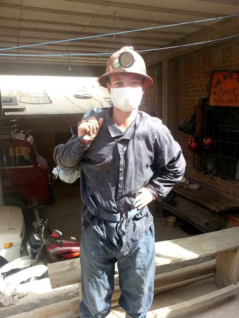 Dus zo ging ik de mijnen in. Helm met lamp, mondkapje tegen stof en giftige stoffen, overal om mijn kleding te beschermen en een tasje met frisdrank en cocabladeren als cadeau voor de mijners.