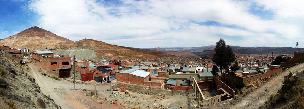De mijnerstad Potosi met aan de linkerkant de zilvermijn berg. Je ziet hoe triest en grijs-roodbruin alles er uit ziet. Er is niets moois aan de stad.