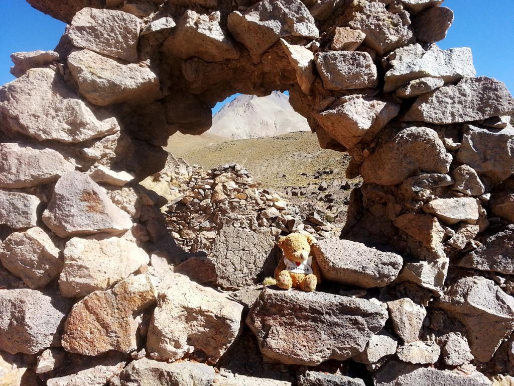 Sjengske zit even uit te puffen in de Inca ruïnes.