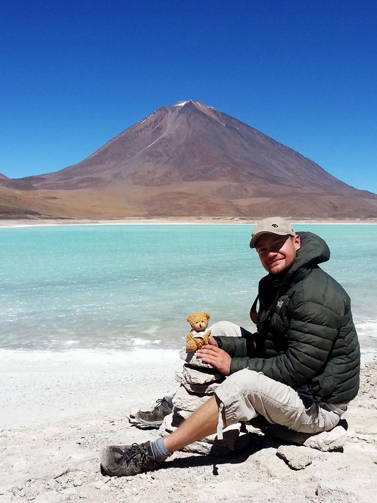 Sjengske en ik dragen ons steentje bij. Op de achtergrond één van de vulkanen en een giftig meer, vanwege de toxische stoffen die uit de bodem vrijkomen.
