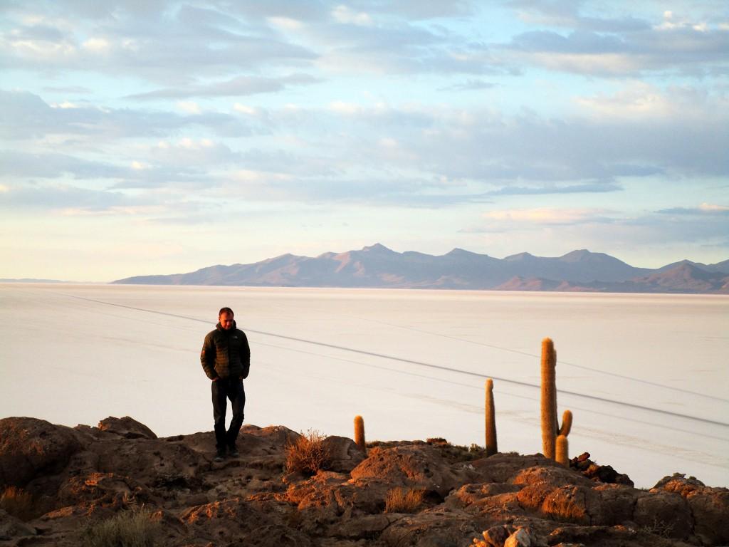 Dag vier begon met het beklimmen van een kleine heuvel midden op de zoutvlaktes. Hier konden we een prachtige zonsopgang zien. Toen die eenmaal was afgelopen liep ik met gebogen hoofd terug en werd deze bijna artistieke foto van mij gemaakt.