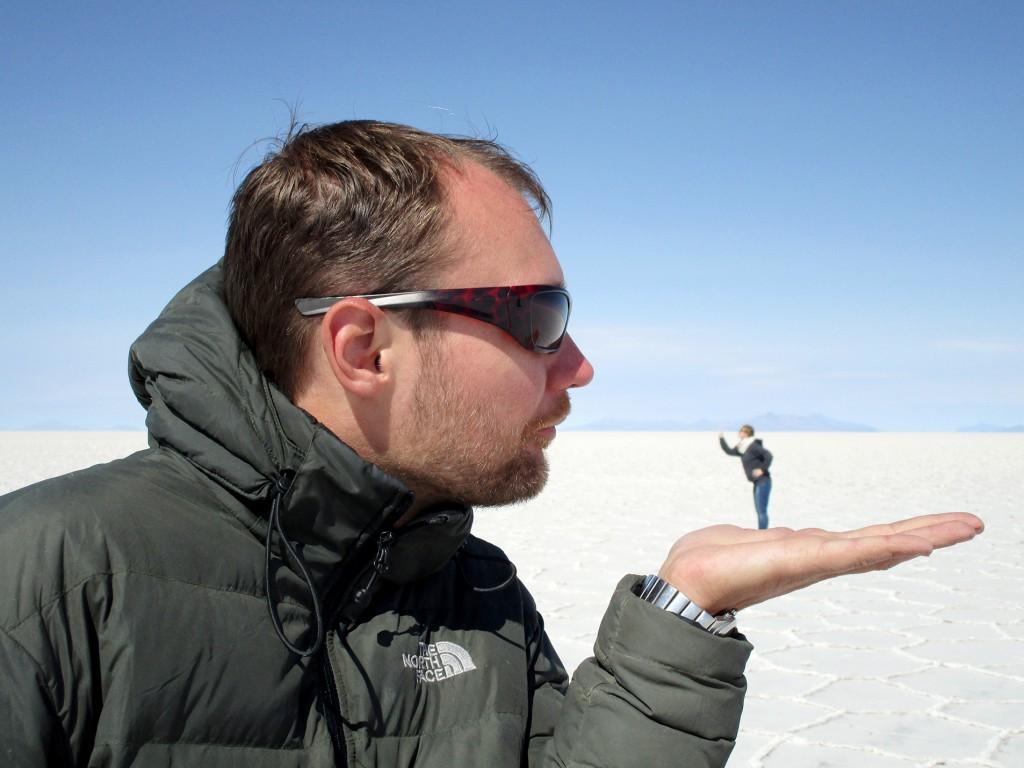 Natuurlijk moest ik net als iedereen op de zoutvlaktes enige perspectieffoto's maken. Hier krijg ik de les gelezen door een micro-caroline.