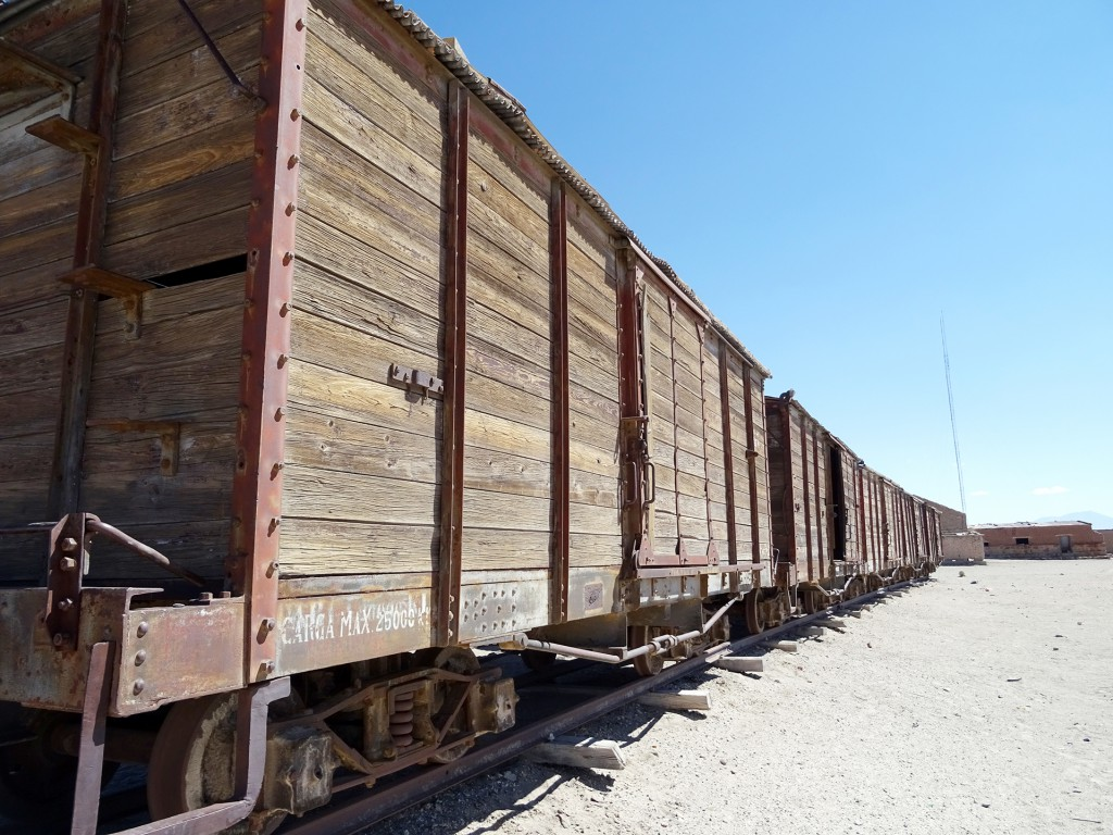 Deze treinwagons zijn een overblijfsel uit de tijd dat er volop met treinen gereden werd door Bolivia. Dus ook over de lang uitgestrekte zoutvlaktes.