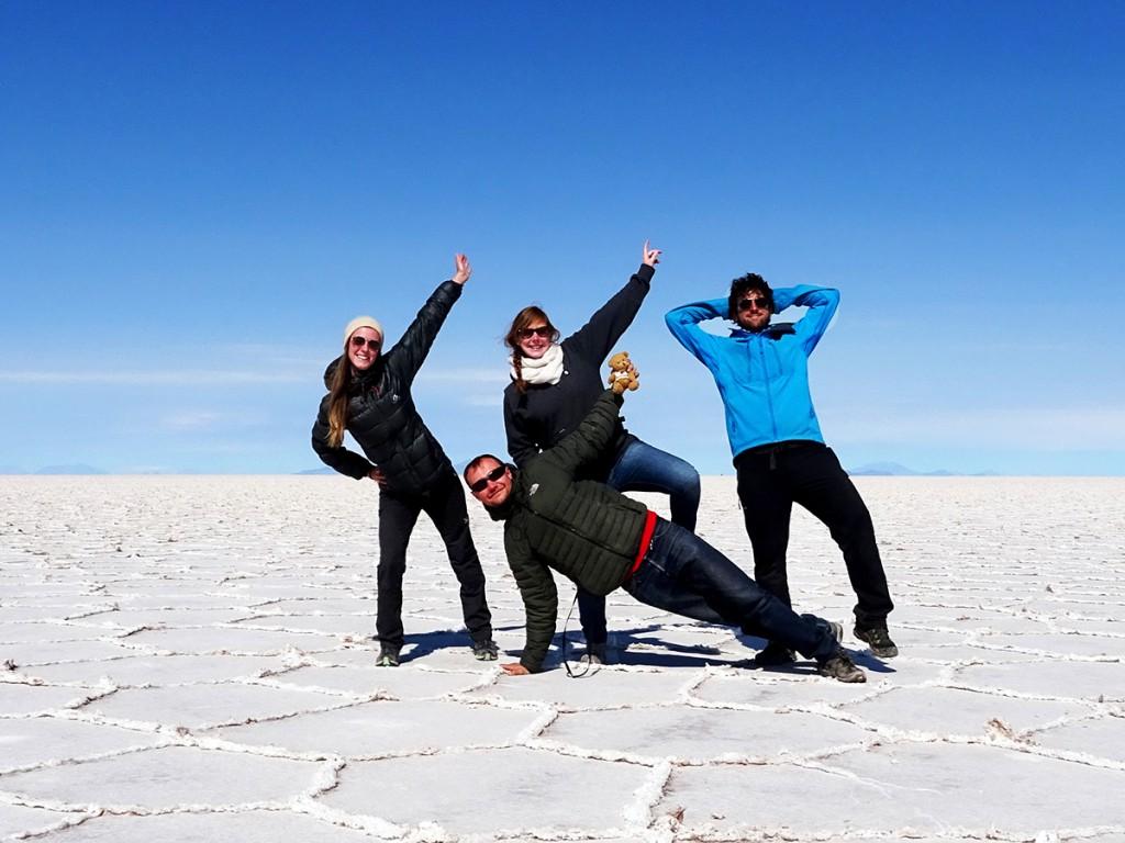 Mijn reisgenoten de vier dagen die we rondreden over de bergen, zoutvlaktes etc. Dit is dag 4. Van links naar rechts: Christelle, Caroline Sjengske & Victor.