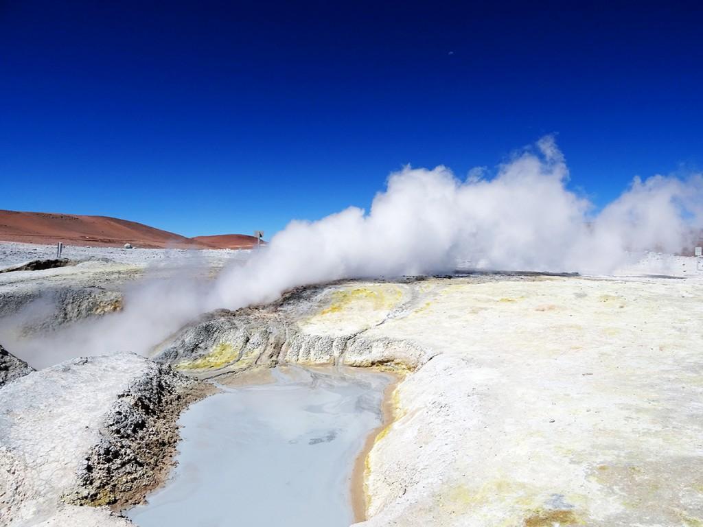 De landschappen veranderen dus constant. Opeens splijt het land zich open en produceert het door vulkanen verhit water en bubbelende modder. Hoe kouder het is, hoe grote de stoomwolken die er vanaf komen.