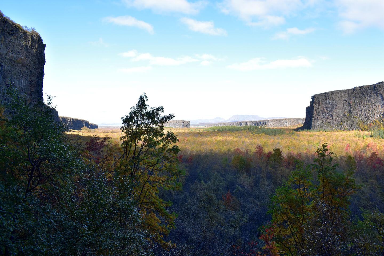 Dit is de 'vallei'. Zie je de rots in het midden (ver weg)?