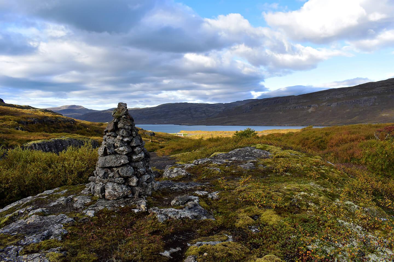 Een heel oude wegwijzer gemaakt door de eerste kolonisten van IJsland
