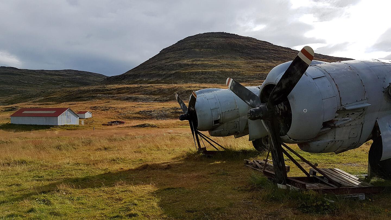Middle of nowhere - Hangar met een United States vliegtuig dat in stukken ligt