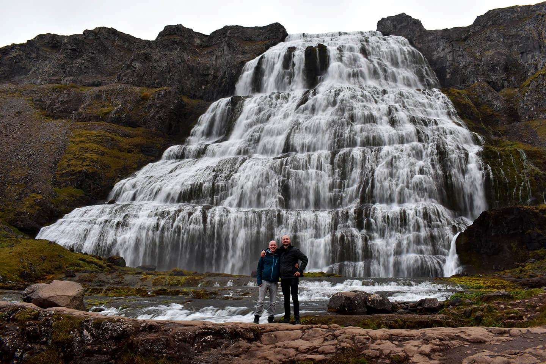 Wij twee in een enorm geposeerde foto voor de Dynjandi waterval